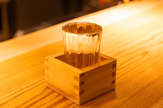 机に置かれている日本酒