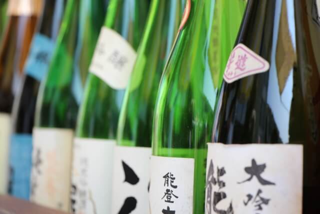 机に並ぶ日本酒