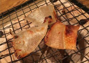 炙っている魚のひれ