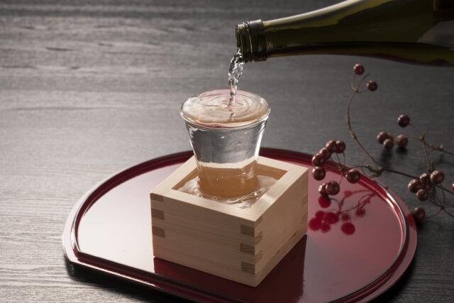 日本酒をお猪口に注ぐ