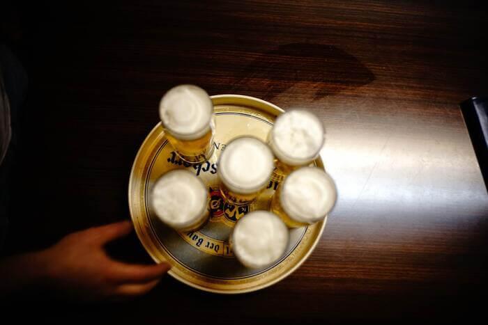 テーブルに並ぶビール