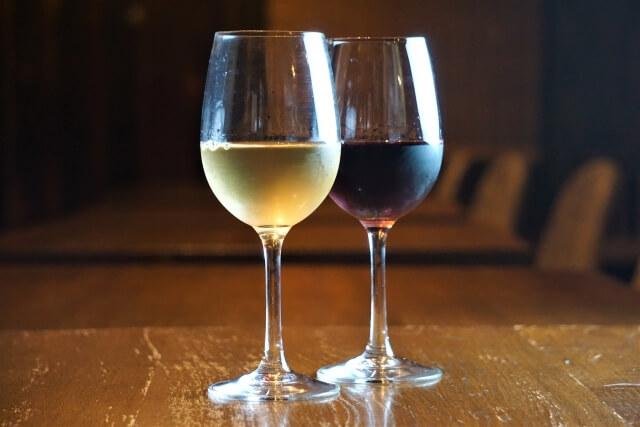 机に並ぶ赤ワインと白ワイン