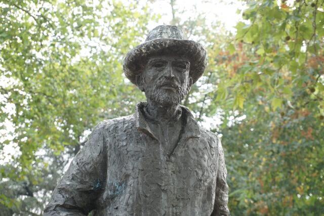 ゴッホの銅像