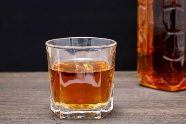 ウイスキー瓶とグラス