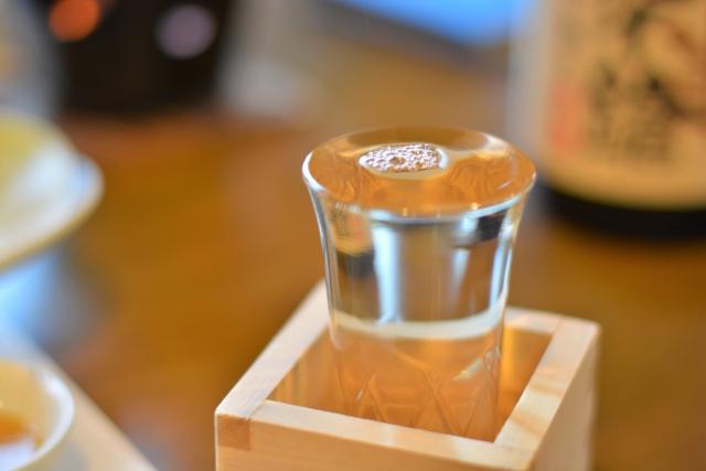 机に置かれた日本酒
